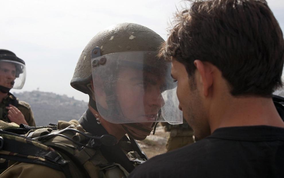 14.ZACHODNI BRZEG, Nabi Salih, 2 listopada 2012: Palestyńczyk spiera się z izraelskim żołnierzem podczas demonstracji przeciw konfiskowaniu ziemi. AFP PHOTO/ABBAS   MOMANI