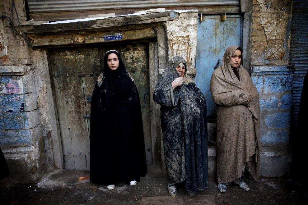 14.IRAN, Khorramabad, 25 listopada 2012: Muzułmanki przyglądają się rytuałowi 'Kharrah Mali'. AFP PHOTO/BEHROUZ MEHRI