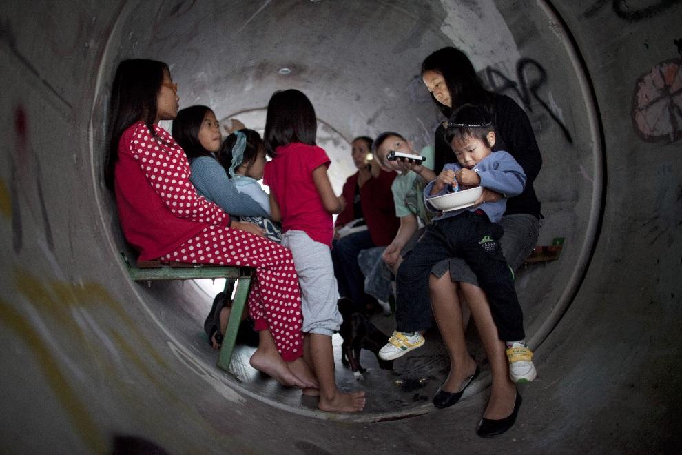 14.IZRAEL, Nitzan, 15 listopada 2012: Ludzie chroniący się przed nalotem we wnętrzu betonowej rury. (Foto: Uriel Sinai/Getty Images