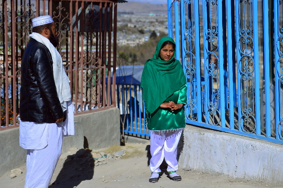 15.AFGANISTAN, Kabul, 24 listopada 2012: Trzynastoletnia Tarana Akbari modli się w towarzystwie ojca nad grobem brata.  AFP PHOTO/Massoud HOSSAINI