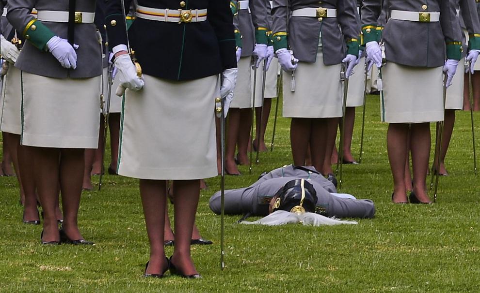 15.KOLUMBIA, Bogota, 2 listopada 2012: Podporucznik, która zemdlała w trakcie ceremonii z okazji narodowego święta policji. AFP PHOTO/Luis Acosta