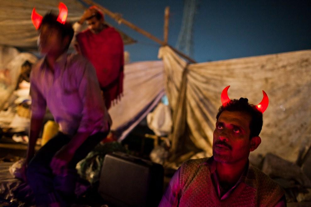 15.INDIE, Sonepur, 17 listopada 2011: Sprzedawca na swoim straganie. (Foto: Daniel Berehulak/Getty Images)