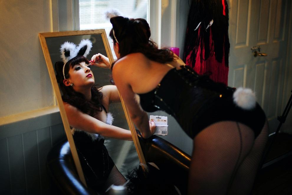 16.WIELKA BRYTANIA, Londyn, 26 kwietnia 2011: Tancerka przykleja sobie rzęsy i poprawia makijaż przed występem. AFP PHOTO/ CARL DE SOUZA