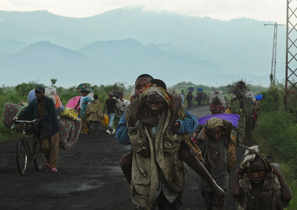 16.REPUBLIKA KONGA, Goma, 23 listopada 2012: Ludzie opuszczający strefę walk w pobliżu Gomy. AFP PHOTO / TONY KARUMBA