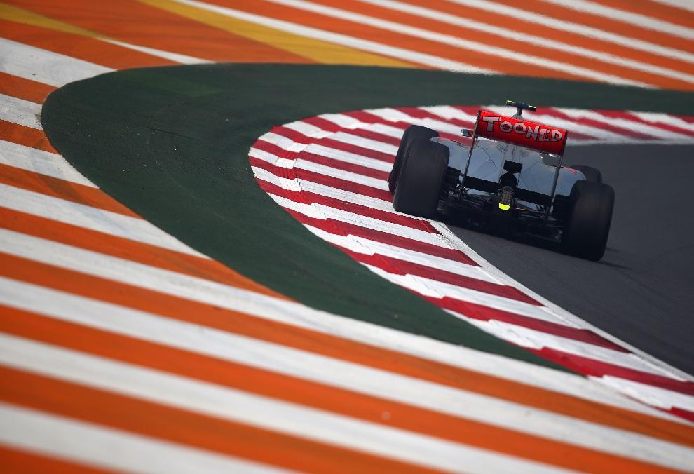 16.INDIE, Noida, 26 października 2012: Bolid F1 prowadzony przez Lewisa  na torze Buddh International. (Foto: Clive Mason/Getty Images)