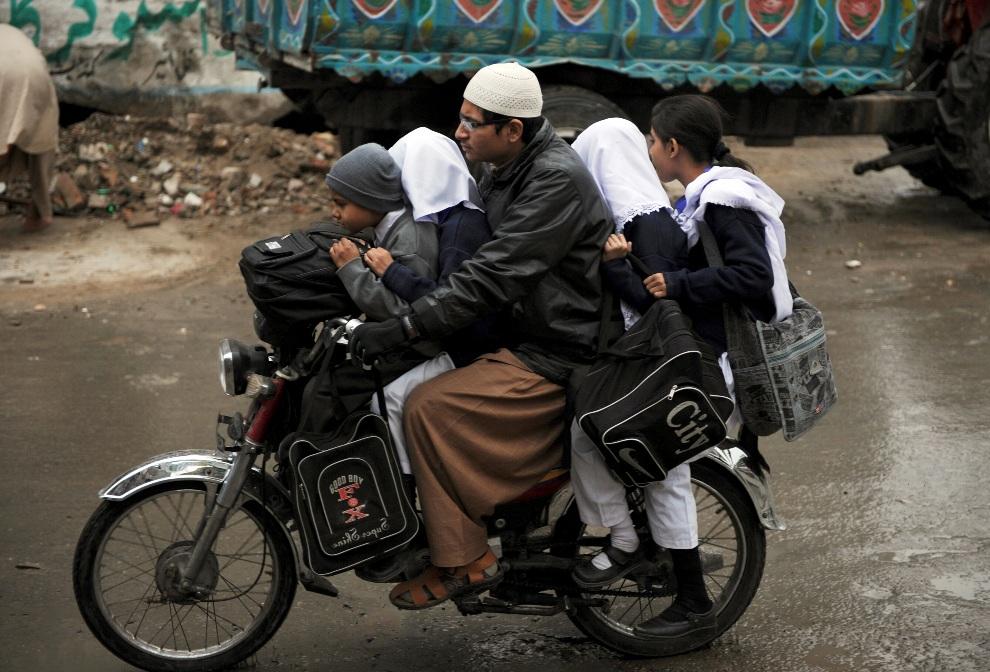 17.PAKISTAN, Rawalpindi, 29 listopada 2012: Uczniowie w drodze do szkoły. AFP PHOTO/ Aamir QURESHI
