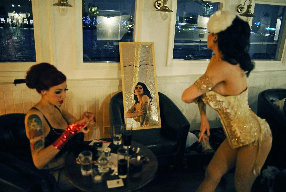 17.WIELKA BRYTANIA, Londyn, 26 kwietnia 2011: Rancerki za kulisami London Burlesque Festival. AFP PHOTO/ CARL DE SOUZA