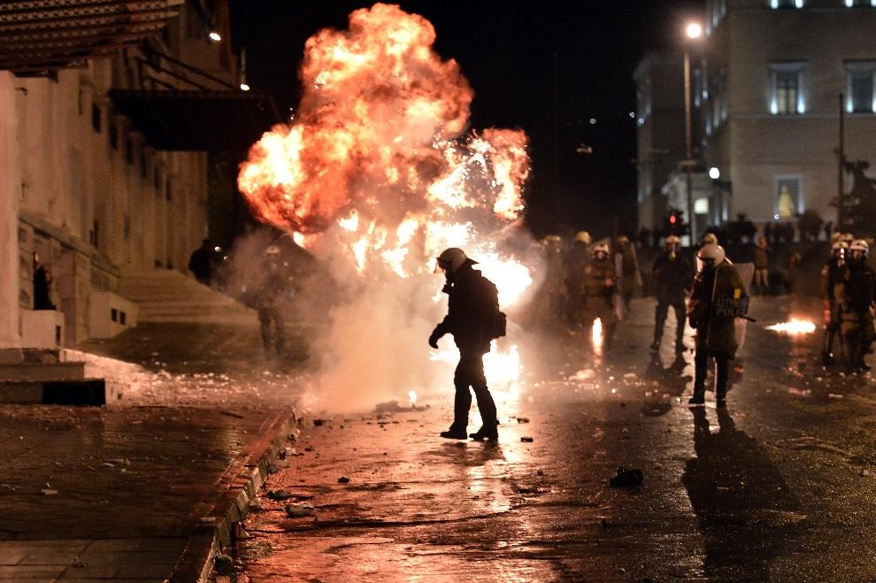 17.GRECJA, Ateny, 7 listopada 2012: Butelka z benzyną eksploduje w pobliżu oddziału policji tłumiącego zamieszki w Atenach. AFP PHOTO/ ARIS MESSINIS