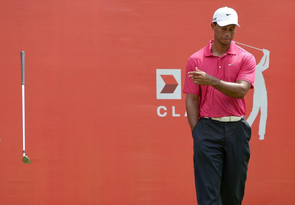18.MALEZJA, Kuala Lumpur, 27 października 2012: Tiger Woods odrzuca kij po niecelnym uderzeniu na 18. dołku. AFP PHOTO / MOHD RASFAN