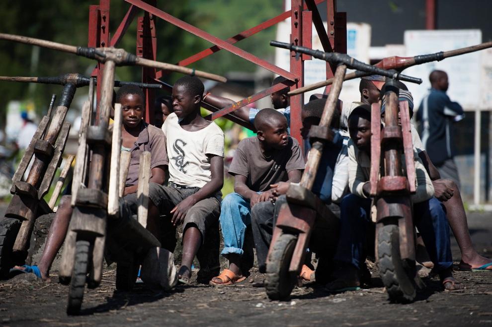"""18.REPUBLIKA KONGA, Sake, 29 listopada 2012: Chłopcy w pobliżu swoich """"chukudus"""" – drewnianych rowerów. AFP PHOTO/PHIL MOORE"""
