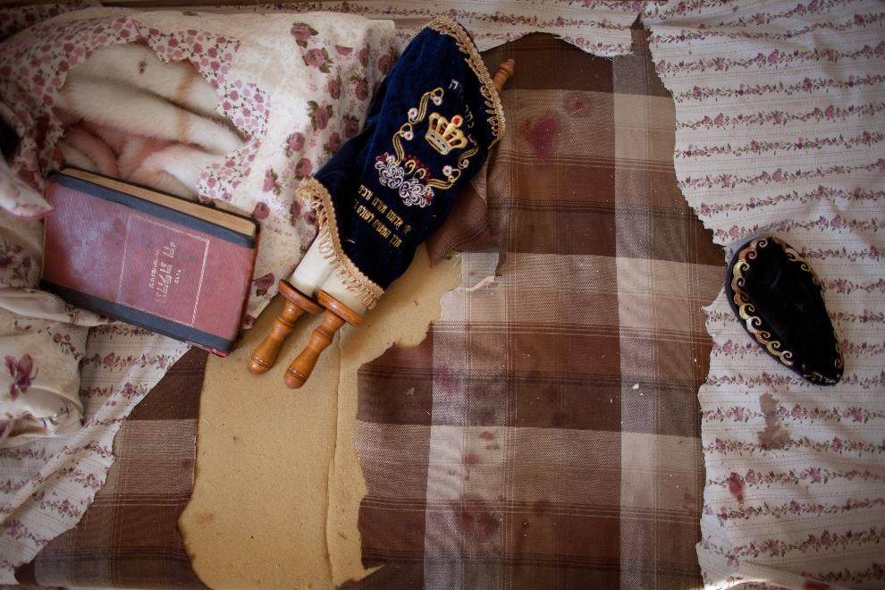 18.IZRAEL, Kirjat Mal'achi, 15 listopada 2012: Tora na zakrwawionym materacu zniszczonego mieszkania. (Foto: Uriel Sinai/Getty Images)