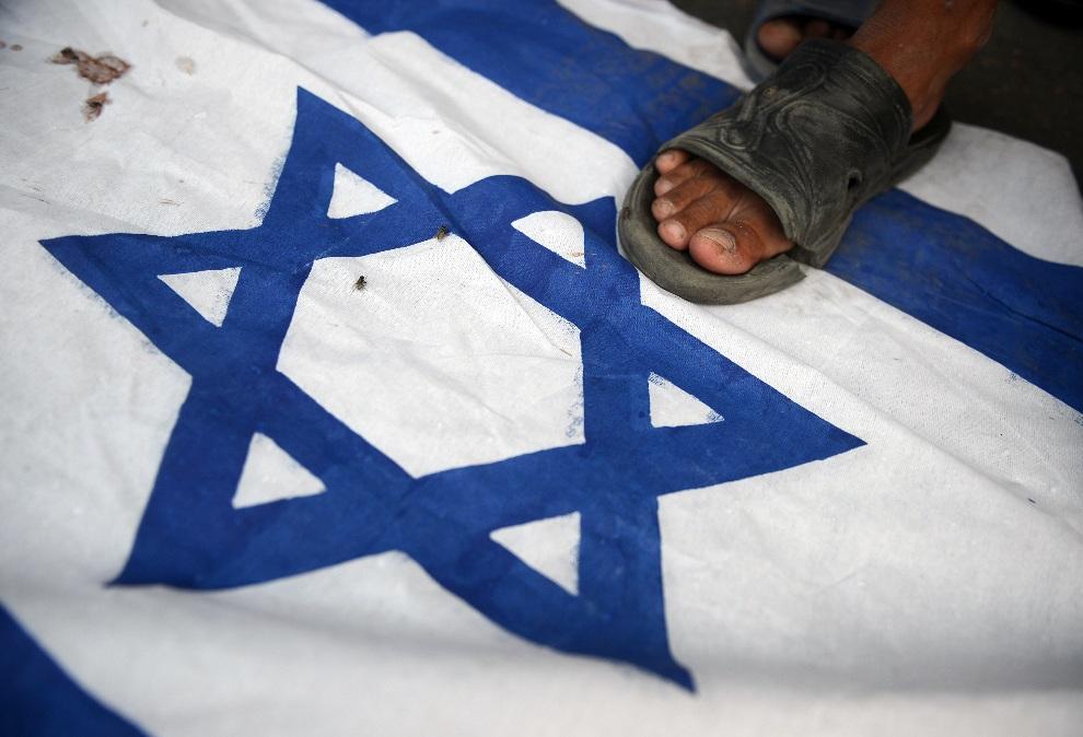 19.PAKISTAN, Karaczi, 19 listopada 2012: Uczestnik antyizraelskiej demonstracji zorganizowanej w Karaczi. AFP PHOTO/Asif HASSAN