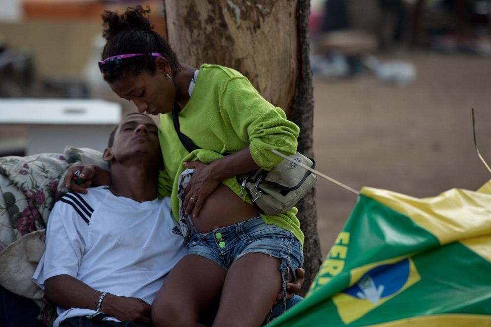 19.BRAZYLIA, Rio de Janeiro, 29 listopada 2012: Narkomani z faweli Parque Uniao. AFP PHOTO / CHRISTOPHE SIMON
