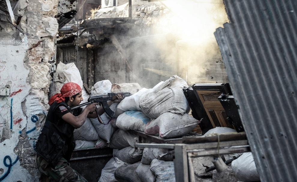 19.SYRIA, Aleppo, 6 listopada 2012: Rebeliant ostrzeliwuje pozycje wojsk rządowych. AFP PHOTO/JOHN CANTLIE