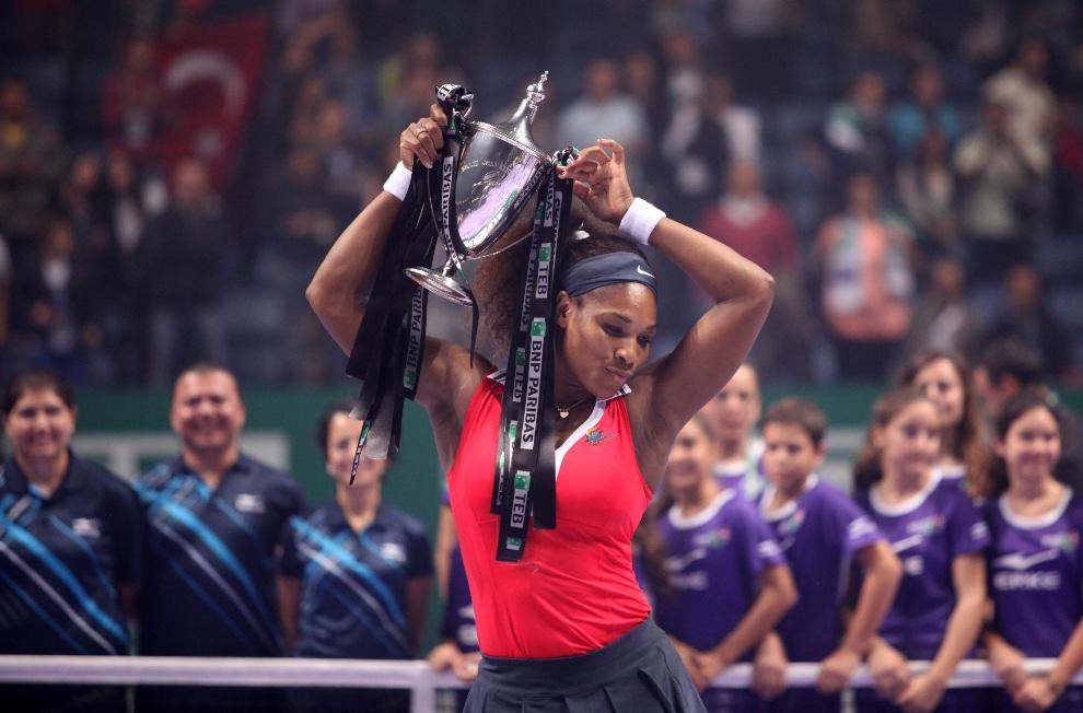 19.TURCJA, Stambuł, 28 października 2012: Serena Williams z trofeum zwycięzcy turnieju w Stambule. AFP PHOTO / BULENT KILIC