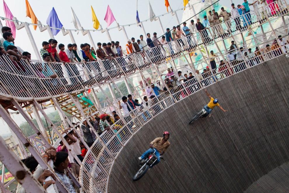 """19.INDIE, Sonepur, 15 listopada 2011: Pokaz kaskaderski w """"studni śmierci"""". (Foto: Daniel Berehulak/Getty Images)"""