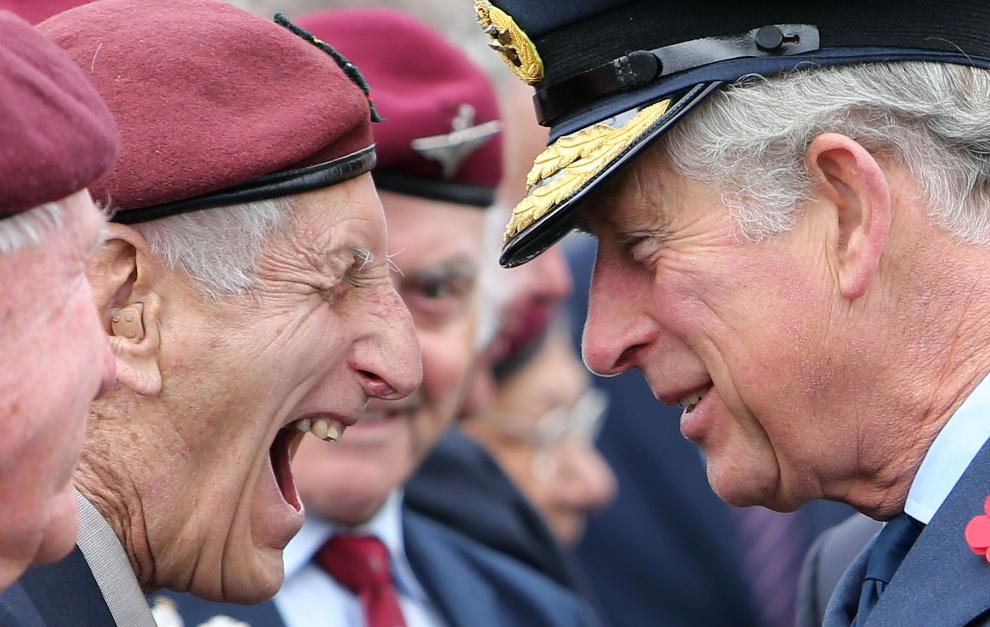 1.NOWA ZELANDIA, Auckland, 11 listopada 2012: Książe Karol  Charles wita się z weteranami podczas uroczystości z okazji rocznicy zakończenia I Wojny Światowej.   AFP PHOTO / Michael Bradley