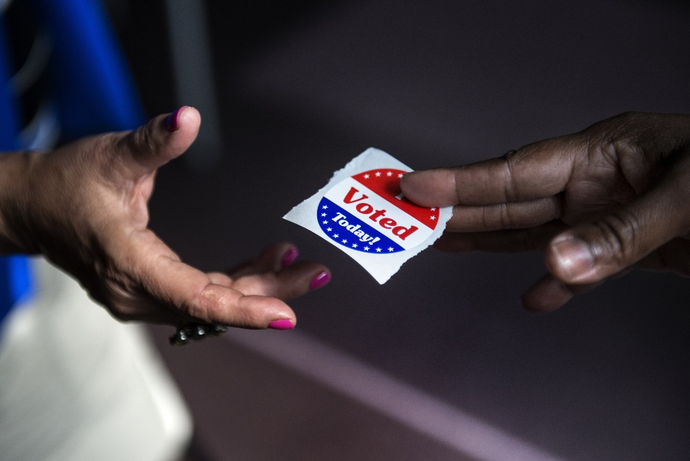 """1.USA, Waszyngton, 22 października 2012: Naklejki z napisem """"Dziś głosowałem"""" rozdawane w punkcie wyborczym. AFP PHOTO/Brendan SMIALOWSKI"""
