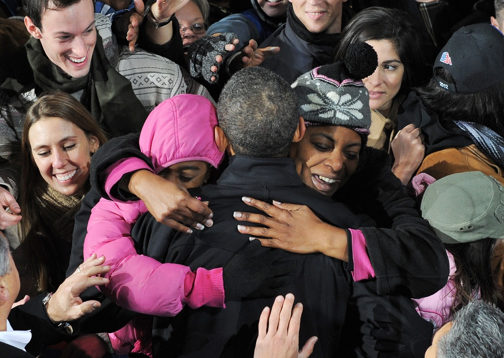 1.USA, Bristtow, 3 listopada 2012: Barack Obama wita się ze swoimi zwolennikami podczas wiecu w Bristow. AFP PHOTO/Jewel Samad