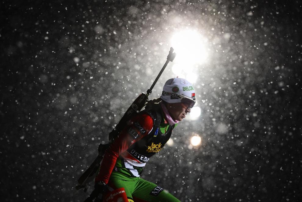 1.SZWECJA, Östersund, 29 listopada 2012: Biatlosnistka Darya Domracheva na trasie 15 km biegu. AFP PHOTO/JONATHAN NACKSTRAND