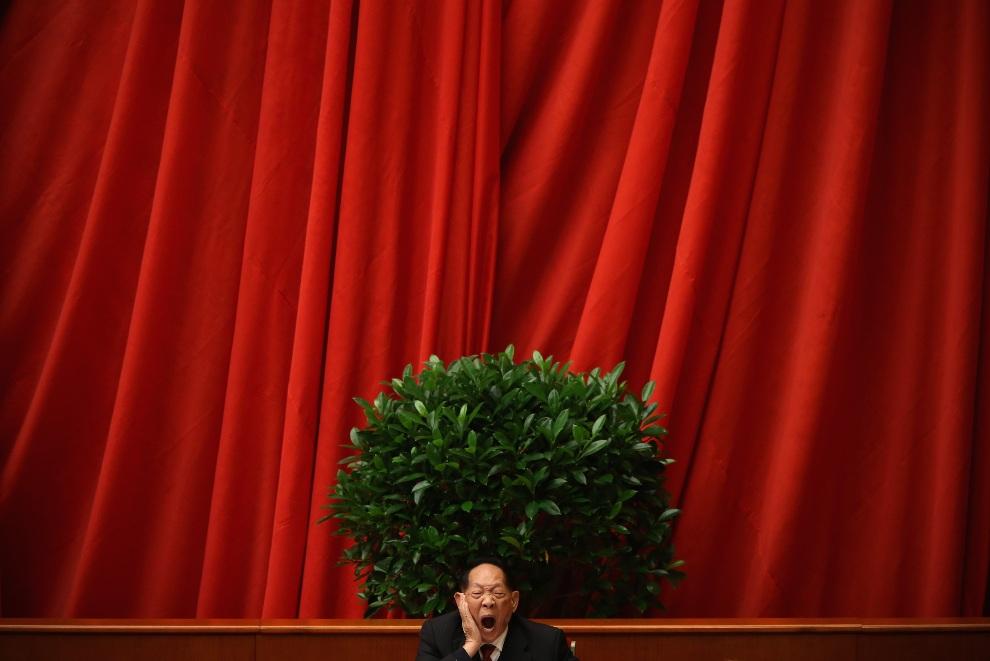 1.CHINY, Pekin, 14 listopada 2012: Ziewający delegate na kongresie Komunistycznej Partii Chin. (Foto: Feng Li/Getty Images)