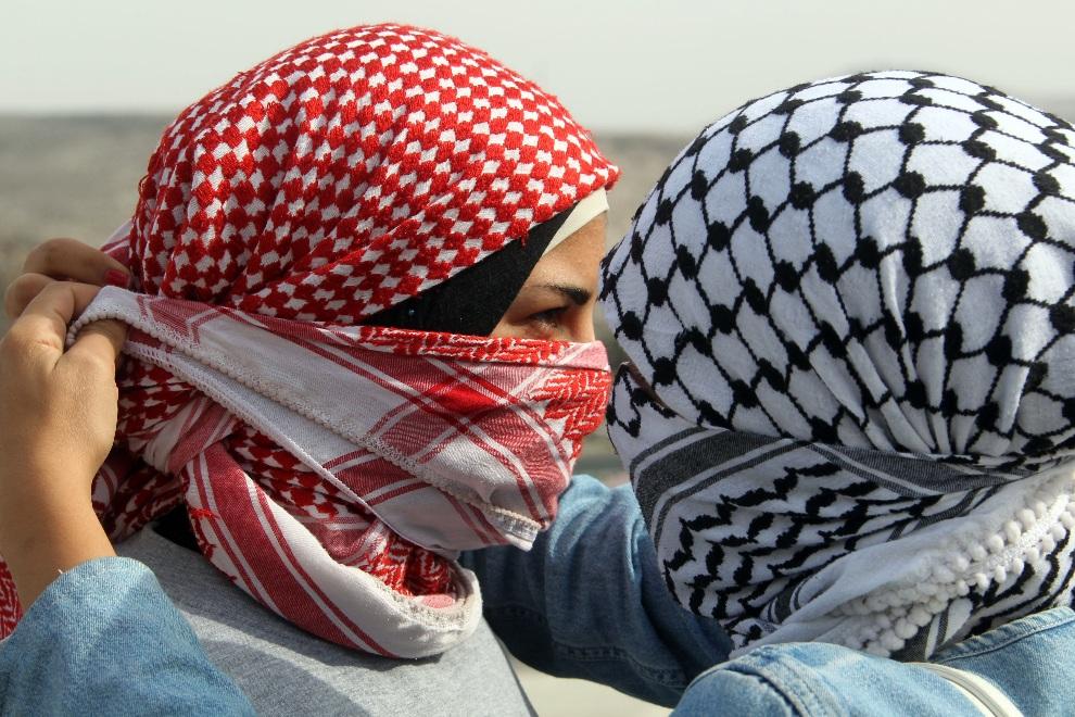20.ZACHODNI BRZEG, punkt kontrolny Hawara, 17 listopada 2012: Palestynki zakrywają twarze podczas walk z izraelskimi żołnierzami. AFP PHOTO /JAAFAR ASHTIYEH