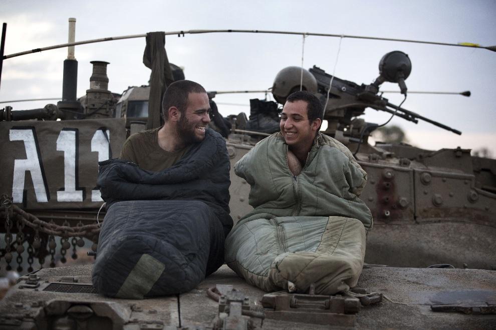 20.IZRAEL, 22 listopada 2012: Izraelscy żołnierze budzący się w punkcie zgrupowania ich oddziału. AFP PHOTO/MENAHEM KAHANA