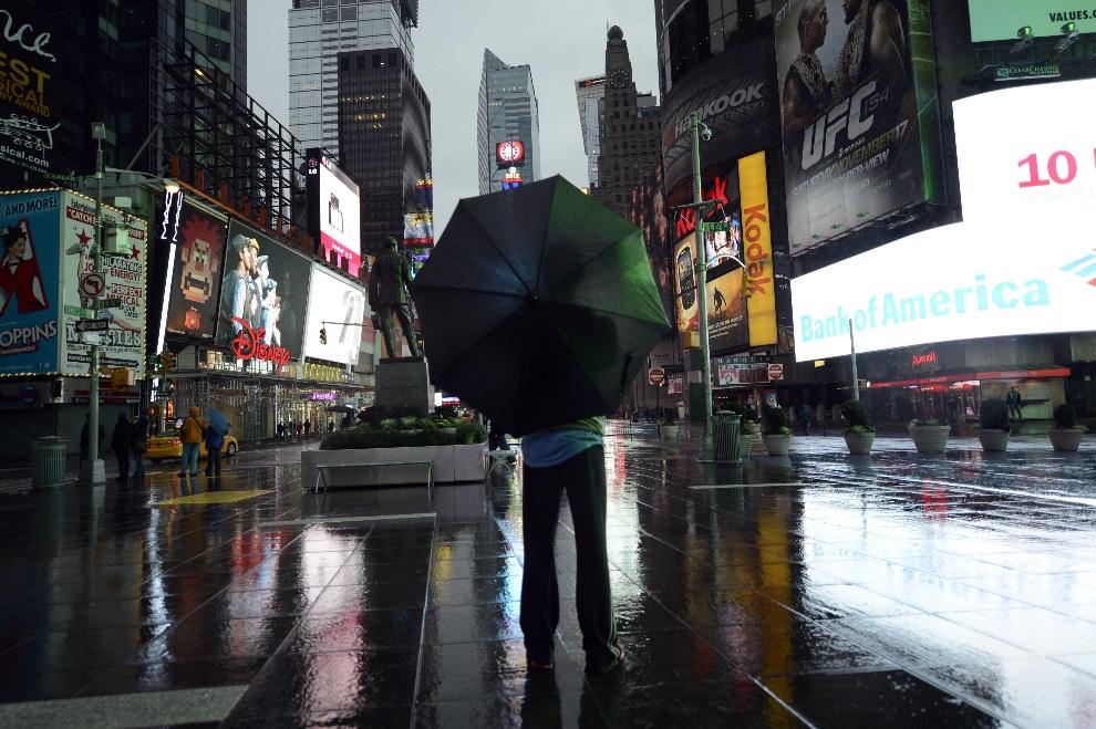 20.USA, Nowy Jork, 29 października 2012: Turysta na wyludnionym,  z powodu zbliżającego się huraganu, Times Square. AFP PHOTO / TIMOTHY A. CLARY