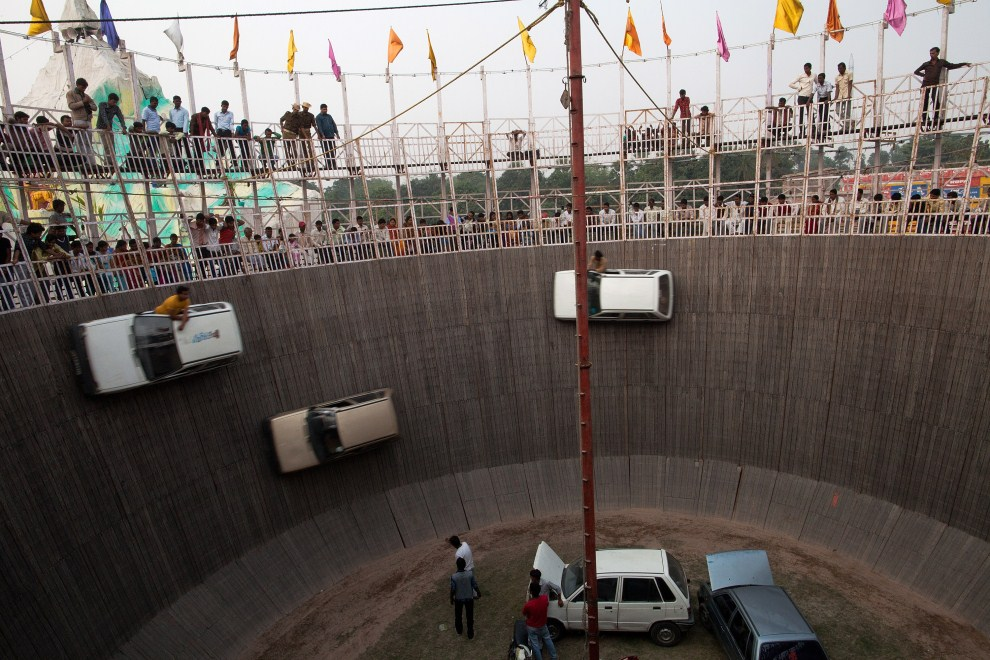 20.INDIE, Sonepur, 15 listopada 2011: Pokaz kaskaderski z użyciem samochodów. (Foto: Daniel Berehulak/Getty Images)