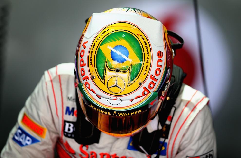 20.BRAZYLIA, Sao Paulo, 23 listopada 2012: Kask Lewisa Hamiltona z wypisanymi podziękowaniami dla swojego zespołu. (Foto: Clive Mason/Getty Images)