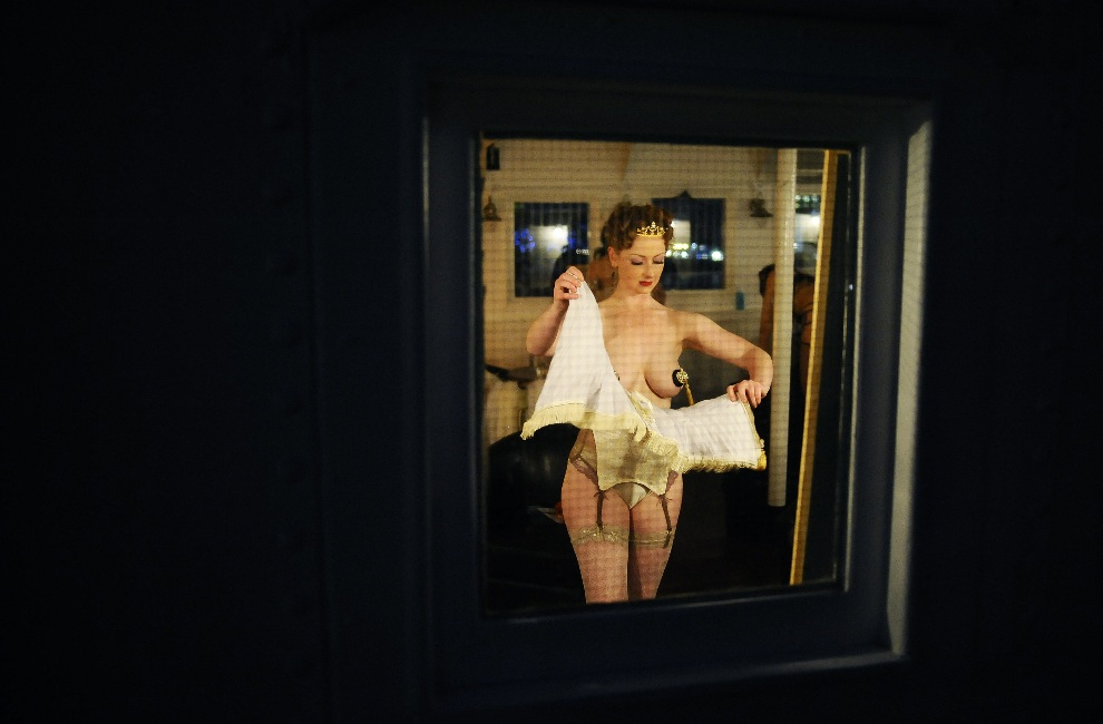 21.WIELKA BRYTANIA, Londyn, 26 kwietnia 2012: Tancerka za kulisami London Burlesque Festival. AFP PHOTO/ CARL DE SOUZA