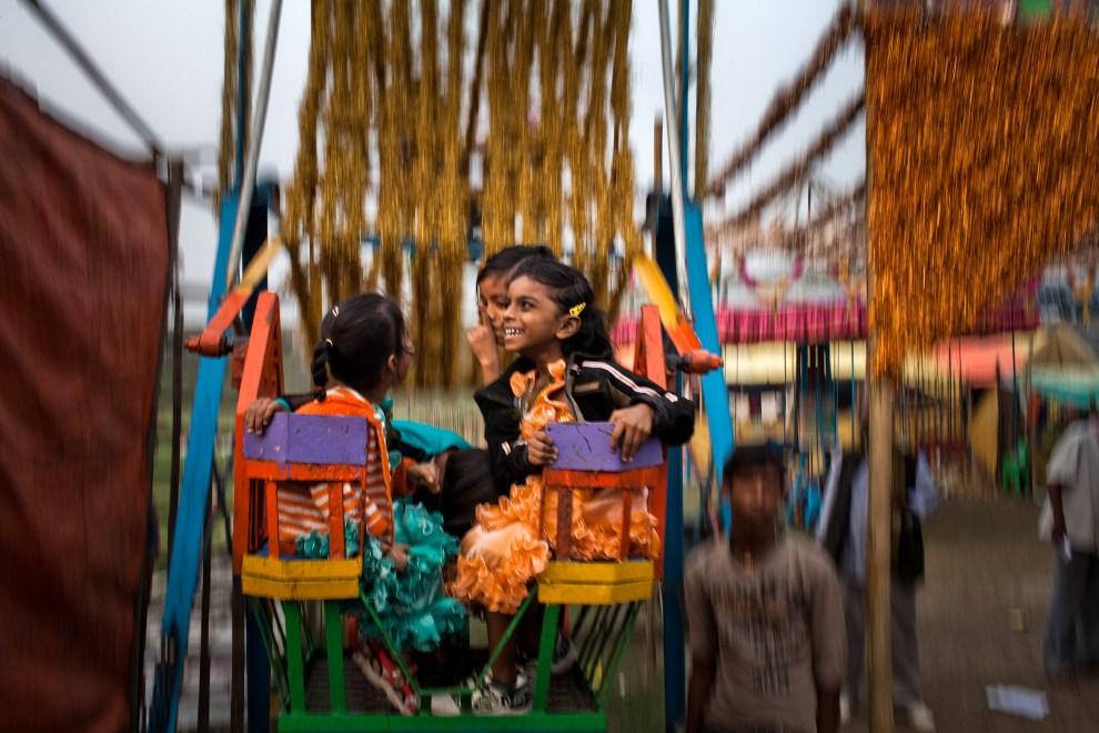 21.INDIE, Sonepur, 16 listopada 2011: Dziewczynki podczas przejażdżki na karuzeli. (Foto: Daniel Berehulak/Getty Images)