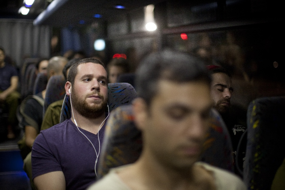 21.IZRAEL, Tel Awiw, 16 listopada 2012: Autobus z rezerwistami wezwanymi do jednostki wojskowej. (Foto: Uriel Sinai/Getty Images)