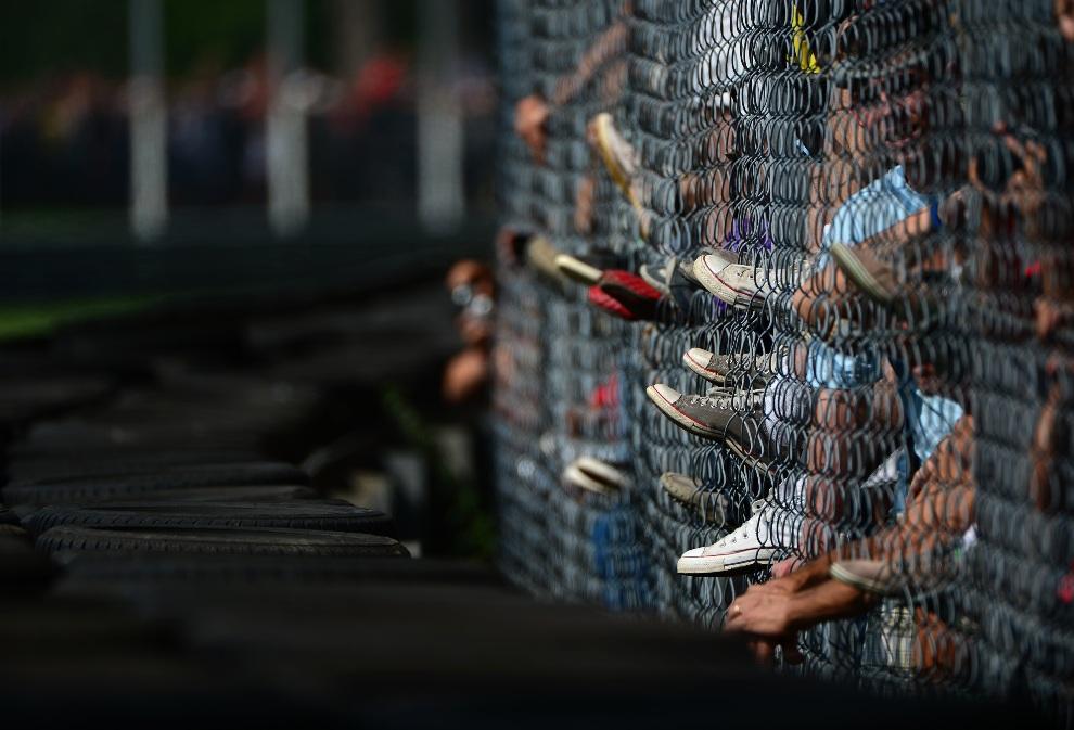 22.WŁOCHY, Monza, 8 września 2012: Kibice zebrzani przy ogrodzeniu Autodromo Nazionale. AFP PHOTO / OLIVIER MORIN