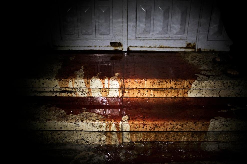 22.STREFA GAZY, 20 listopada 2012: Zakrwawione schody kostnicy szpitala al-Shifa. AFP PHOTO/MARCO LONGARI
