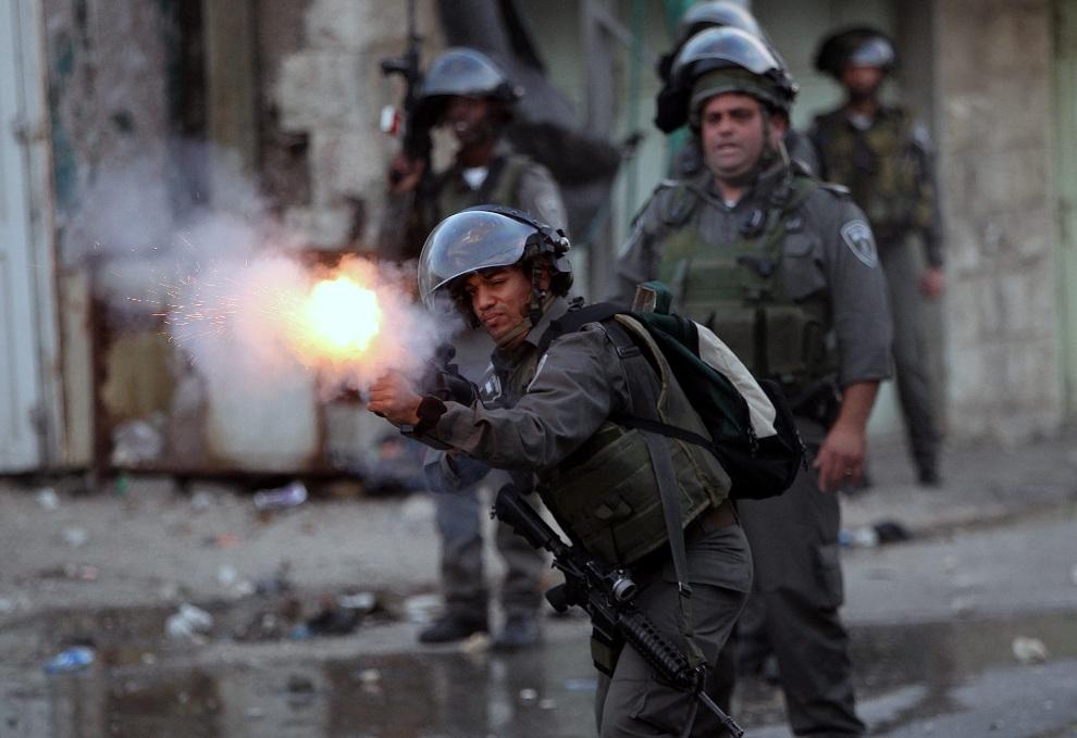 22.ZACHODNI BRZEG, 18 listopada 2012: Izraelski żołnierz strzela z granatnika podczas starć z Palestyńczykami. EPA/ABED AL HASHLAMOUN Dostawca: PAP/EPA.
