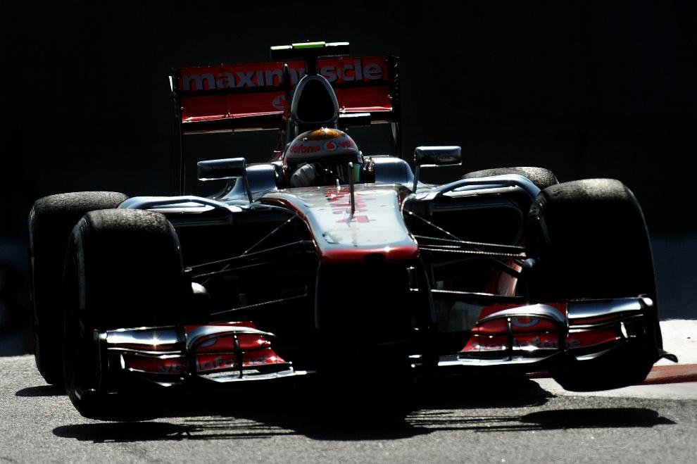 23.ZEA, Abu Zabi, 3 listopada 2012: Bolid zespołu McLaren Mercedes prowadzony przez Lewisa Hamilton'a. AFP PHOTO / TOM GANDOLFINI