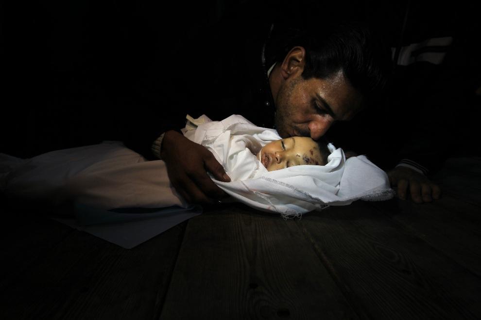23.STREFA GAZY, 20 listopada 2012: Pogrzeb Hanen Tafesh (10 miesięcy) zabitej w trakcie nalotu. AFP PHOTO/MAHMUD HAMS