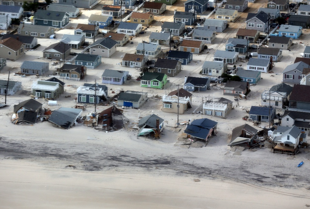 23.USA, New Jersey, 31 października 2012: Panorama wybrzeża w New Jersey widziana z pokładu prezydenckiego śmigłowca. AFP PHOTO/POOL/Doug Mills