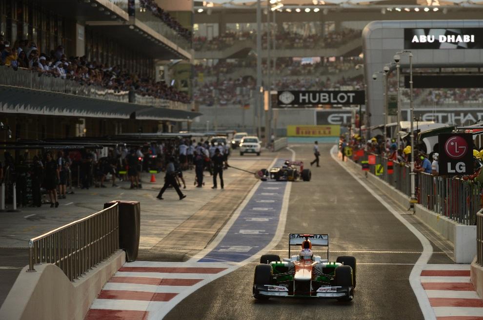 24.ZJEDNOCZONE EMIRATY ARABSKIE, Abu Dhabi, 3 listopada 2012: Paul di Resta z zespołu Force India podczas sesji kwalifikacyjnej. AFP PHOTO / DIMITAR DILKOFF