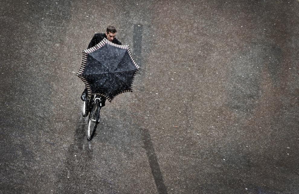 24.NIEMCY, Monachium, 29 listopada 2012: Mężczyzna na rowerze podczas opadów śniegu. AFP PHOTO / VICTORIA BONN-MEUSER