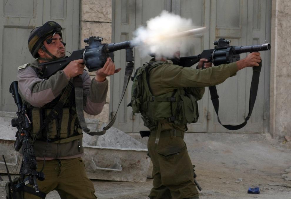 24.ZACHODNI BRZEG, 17 listopada 2012: Izraelscy żołnierze wystrzeliwują pociski z gazem łzawiącym. AFP PHOTO / HAZEM BADER
