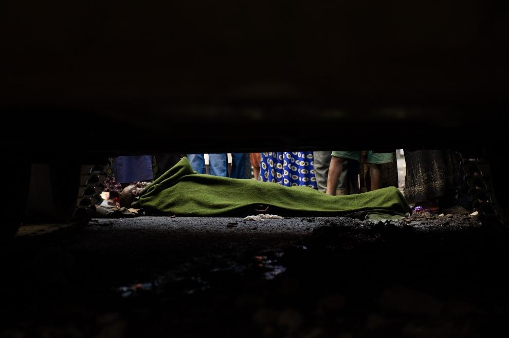 24.DEMOKRATYCZNA REPUBLIKA KONGA, Goma, 21 listopada 2012: Ciało żołnierza leżące przed czołgiem. AFP PHOTO/PHIL MOORE