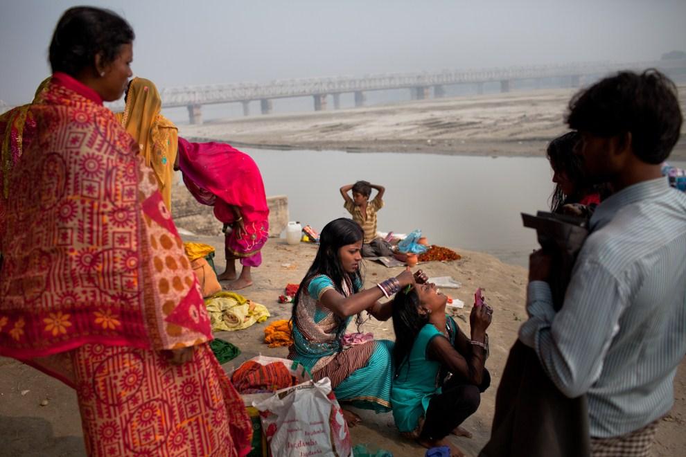 24.INDIE, Sonepur, 15 listopada 2011: Siostry czeszące włosy nad brzegiem Gangesu. (Foto: Daniel Berehulak/Getty Images)