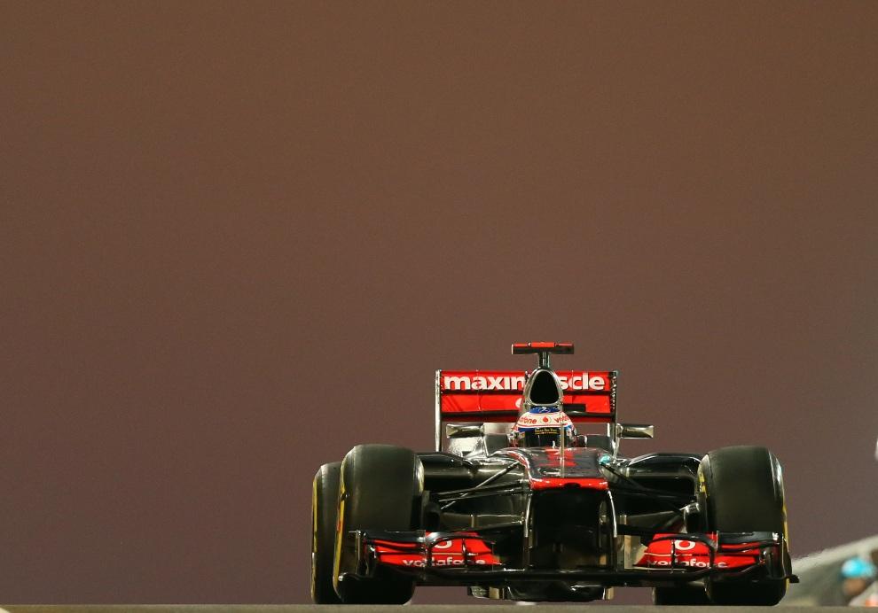 25.ZJEDNOCZONE EMIRATY ARABSKIE, Abu Dhabi, 2 listopada 2012: Jenson Button (McLaren Mercedes) opuszcza aleję serwisową podczas treningu. AFP PHOTO / MARWAN   NAAMANI