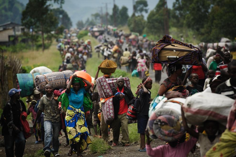 25.DEMOKRATYCZNA REPUBLIKA KONGA, Goma, 22 listopada 2012: Kongijczycy uciekający ze strefy ogarniętej walkami. AFP PHOTO/PHIL MOORE