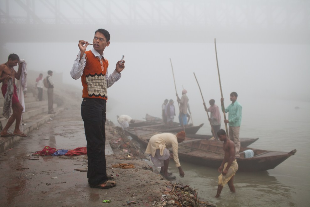 25.INDIE, Sonepur, 15 listopada 2011: Mężczyzna szorujący zęby gałązką miodli indyjskiej. (Foto: Daniel Berehulak/Getty Images)