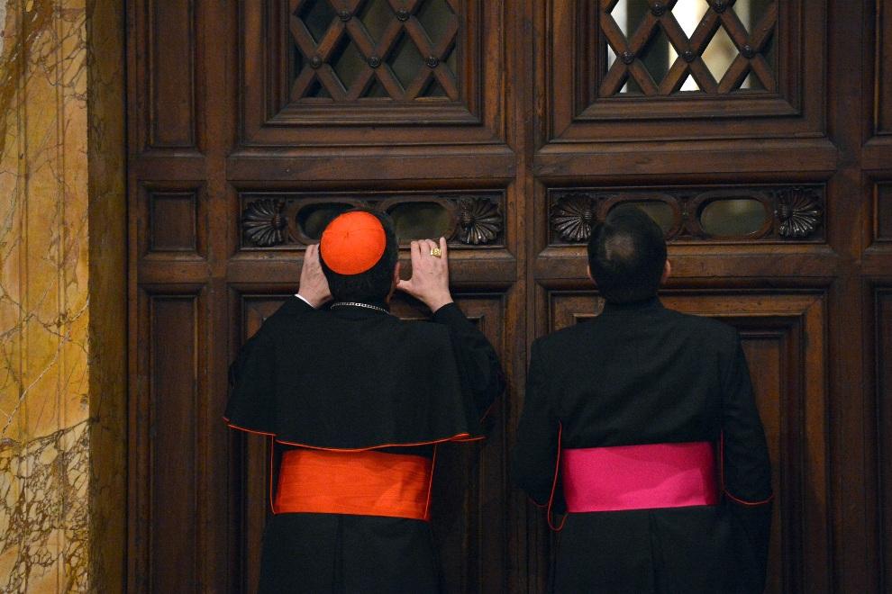 26.WATYKAN, 24 listopada 2012:  Kardynał Giuseppe Betori (po lewej) w towarzystwie jednego z biskupów przygląda się rozmawiającym kardynałom. AFP PHOTO / VINCENZO   PINTO