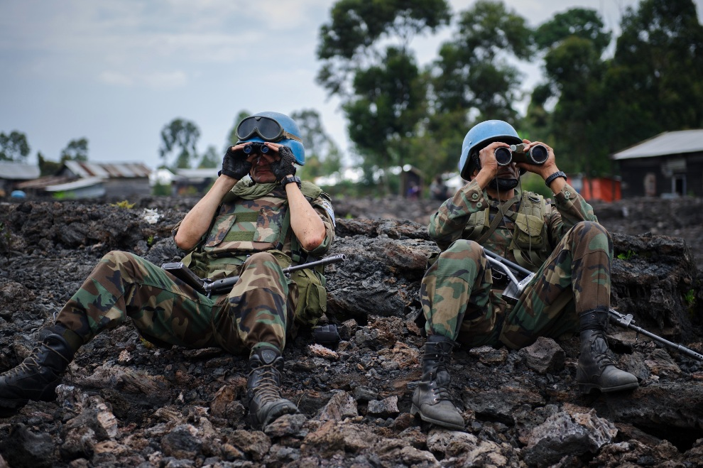 26.DEMOKRATYCZNA REPUBLIKA KONGA, Goma, 18 listopada 2012: Żołnierze ONZ obserwują pozycje rebeliantów. AFP PHOTO / PHIL MOORE