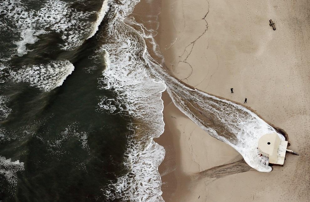 26.USA, Atltantic City, 31 października 2012: Woda po przejściu huraganu wpompowywana z plaży do oceanu. (Foto: Mario Tama/Getty Images)